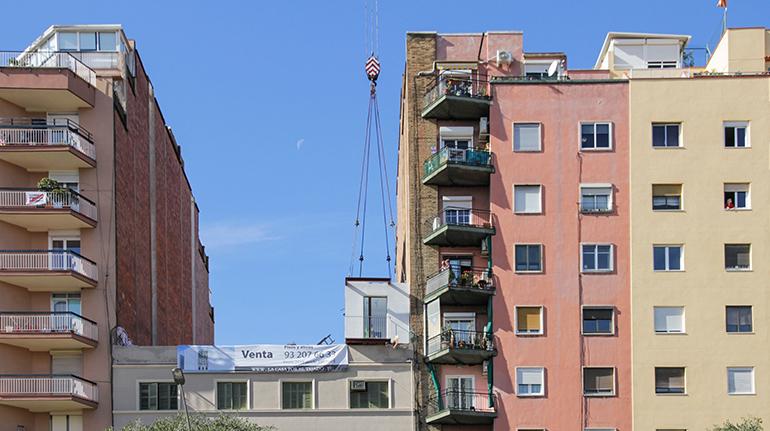 Un edificio en Barcelona duplica sus plantas y número de viviendas en tres días
