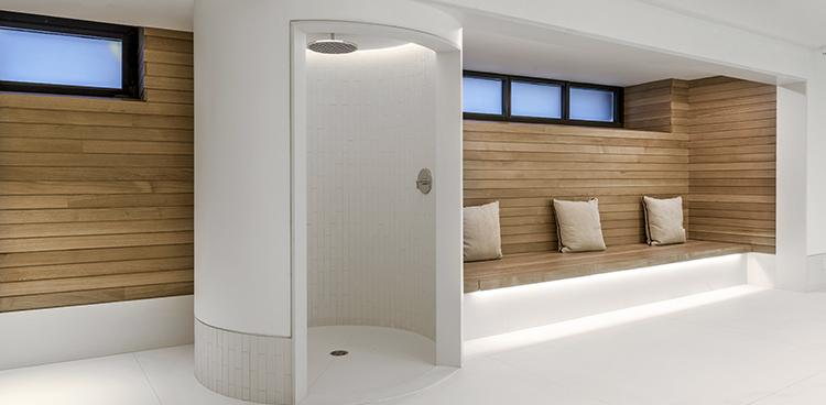 Panelado de madera de gran formato para una piscina en el corazón de Manhattan