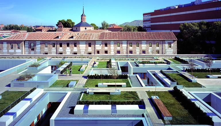 Nuevo parador en el antiguo colegio de santo tom s de for Cementerio jardin de alcala de henares