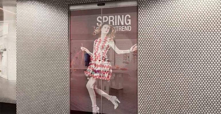 Puerta automática transparente con tecnología OLED
