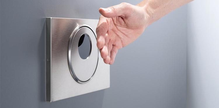 Cisternas y grifos contactless como solución en los baños públicos