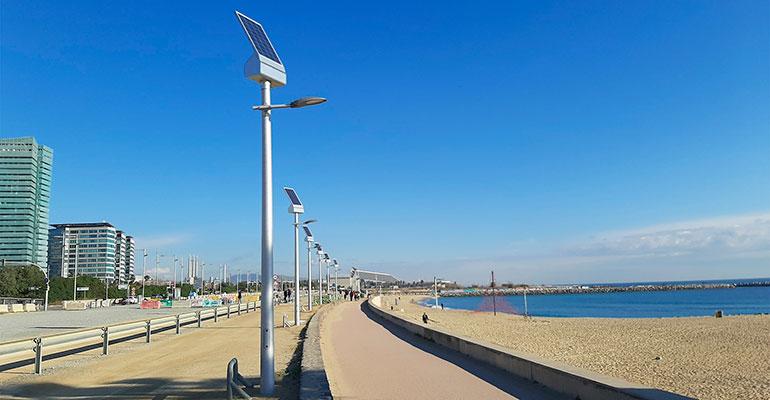 Farolas solares iluminan el pase de Platja de Llevant, en Barcelona