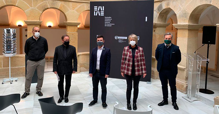 La exposición hiru hiri-relatos urbanos retrata las tres capitales vascas