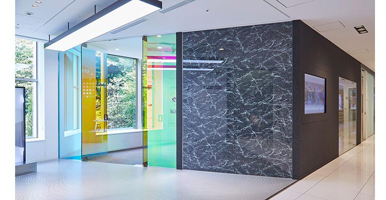La gama 3M Di-Noc Glass Finishes ayuda a mejorar la apariencia de las superficies de vidrio en interiores