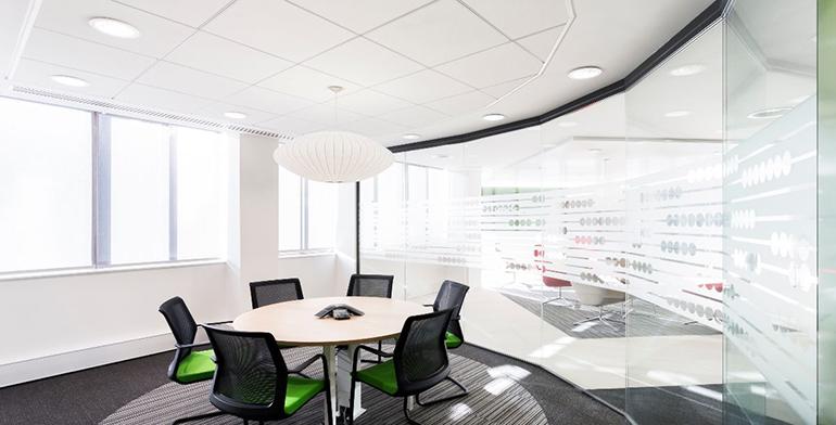 Zentia presenta su nueva gama de techos acústicos, Dune eVo, con una adaptabilidad única a los espacios interiores